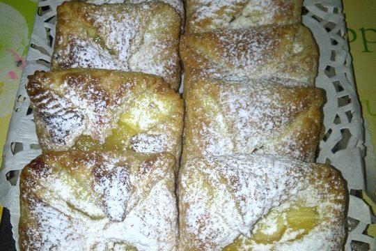 Tasche di pasta sfoglia con crema e ananas o pesche