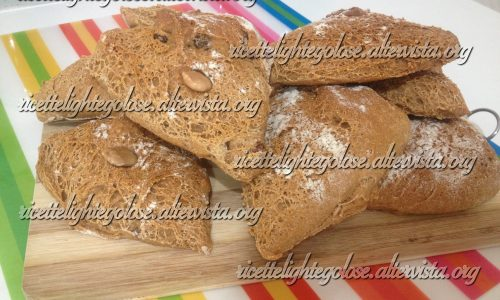 Pane integrale con mandorle e uvetta